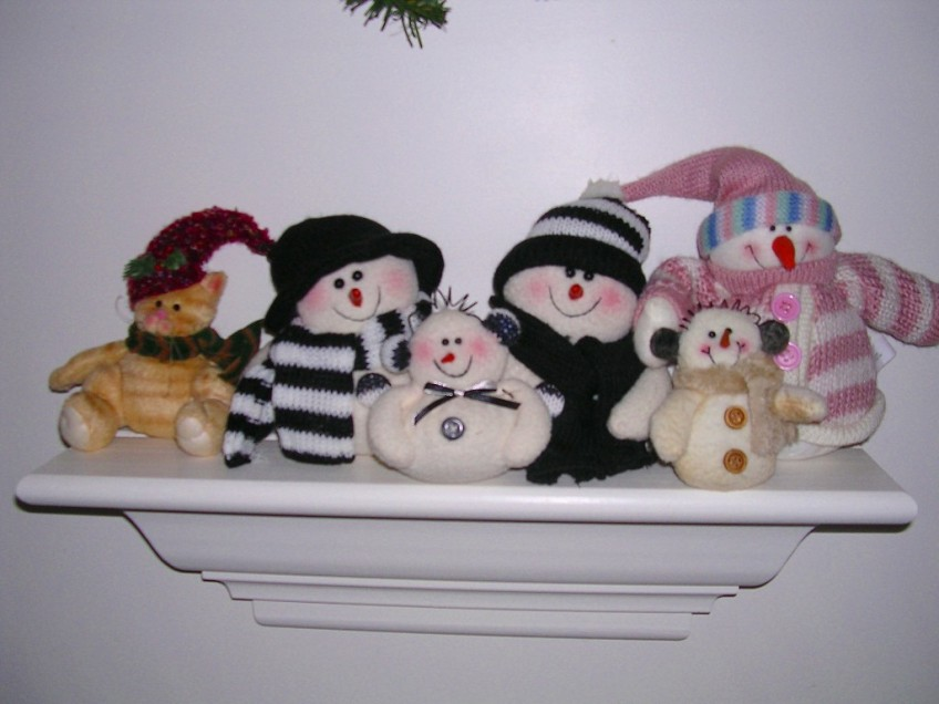 Snowmen on a shelf - and one cat!